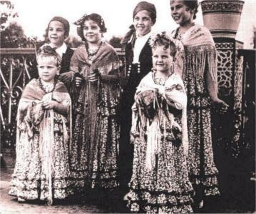 De izquierda a derecha los Príncipes Diana, Francisco, Elena, Enrique, Ana e Isabel.Terraza del Palacio de Larache, año 1943