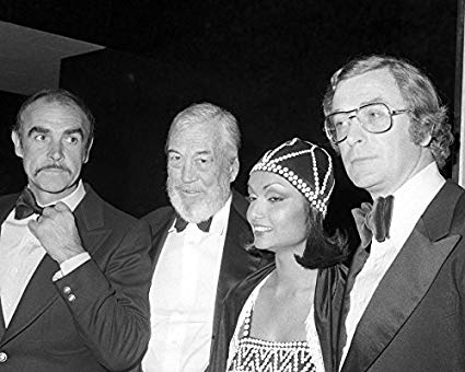 Connery, Huston, Shakira y Caine
