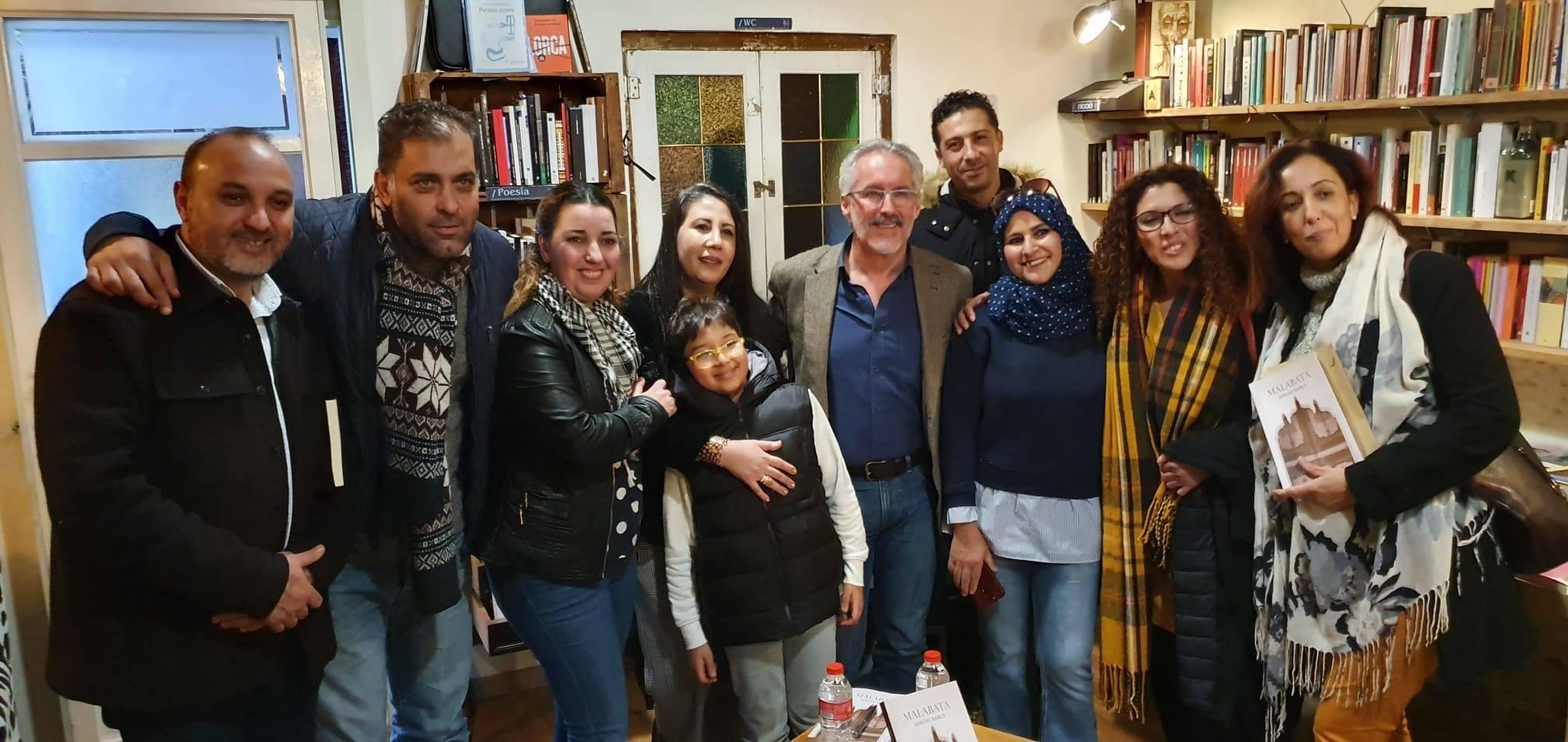 BARNA Abdelmalek Rghioui, Abdelkader Maghnaz, Hanane, Farah Bensalah, Fatima Zahra el Harrak, Fatima Amrani, Bouchra y Mohamed detrás