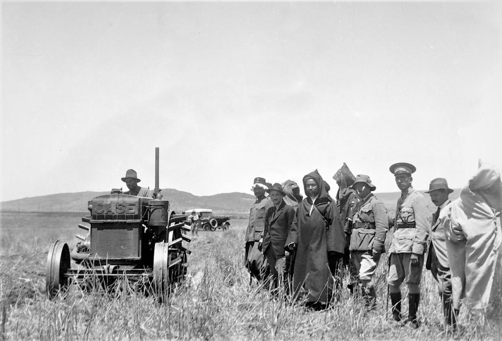 La imagen tiene un atributo ALT vacío; su nombre de archivo es larache-1922-demostracion-de-los-primeros-tractores.jpg